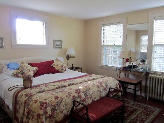 Pheasant Hill Inn: The bedroom of the Garden Suite, with huge bed