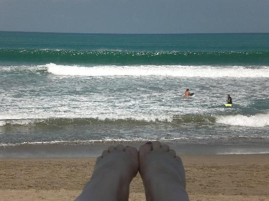 เดอะซามายา บาหลี: Sitting on the decking by the beach!