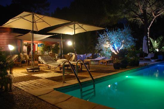 le soir au bord de la piscine photo de au mas saint pierre pignans tripadvisor. Black Bedroom Furniture Sets. Home Design Ideas