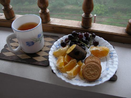 Mundax Homestay Yoga Retreat: Afternoon snacks on the veranda