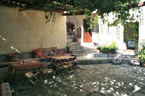 Monastery Cave Hotel: Une vue de la cour qui distibue les chambres