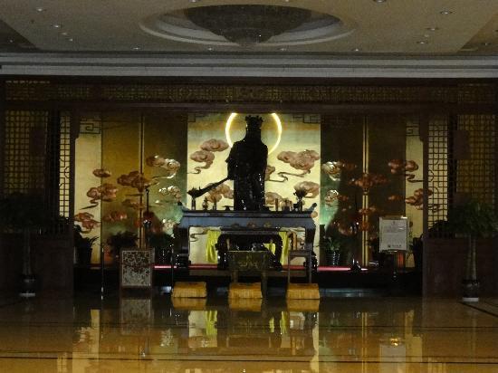 King Dynasty Hotel: ロビーの立派な展示物
