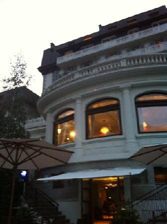Club Med Chamonix Mont-Blanc : finestre del ristorante dal bar