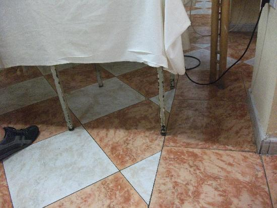 Euroclub Hotel: Rusty table in dining room