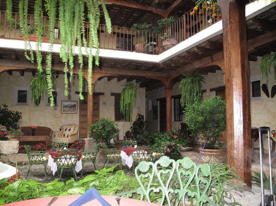 Hotel Meson de Maria: Inside courtyard
