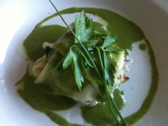 Les Quatre Saisons : l'entree extra : la lasagne d'escargot, riccota et creme de persil