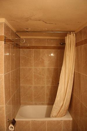 Grand Hotel Beirut: Salle de bain avec ses moisissures.