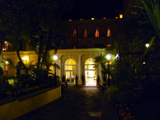 Imperial Hotel Tramontano: Hotel entrance at night