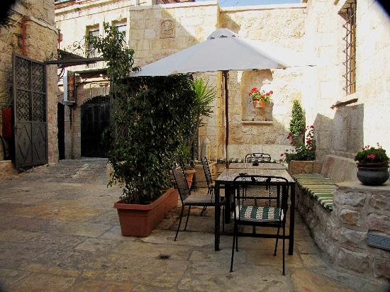 Gloria Hotel: Gloria Courtyard...where you can share a coffee with a friend.