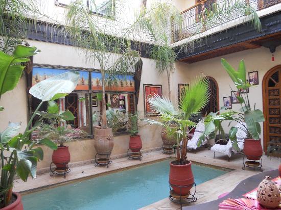 Riad Kechmara: piscine et patio