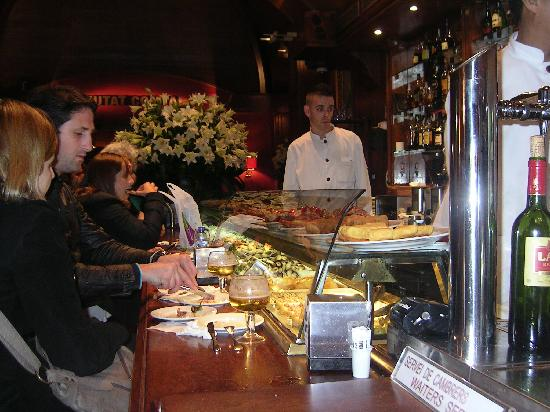Ciudad Condal Restaurant: Il bancone con parte delle tapas