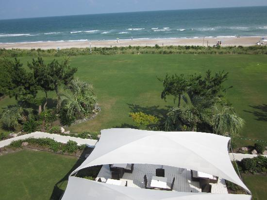 Blockade Runner Beach Resort: Ocean front view - outside dining below