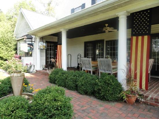 The Welsh Hills Inn: BREAKFAST ON THE PORCH