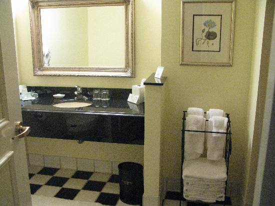 French Quarter Inn: Bathroom