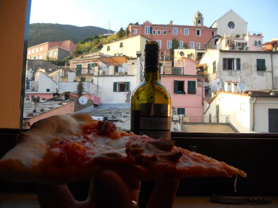 Ivo Camere: Pizza and wine shops right by the room!