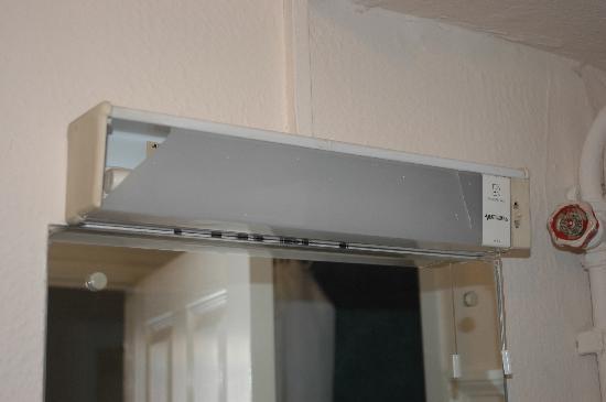 The Farmers Hotel: Broken light in bathroom