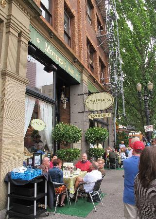 Mother's Bistro & Bar: waiting for Sunday Brunch