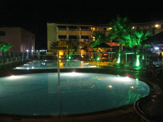 Carreta Beach Holiday Village: Pool at night