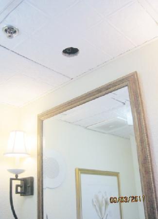 Wyndham Riverside Suites: Water pipe drain above sink