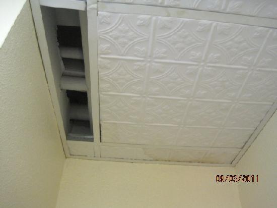 Wyndham Riverside Suites: Missing ceiling tile