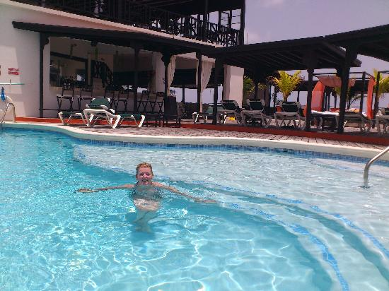 Silver Point Hotel: pool and restaurant