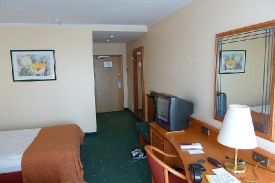Leonardo Hotel Hannover Airport : Zimmer mit Sicht zur Tür