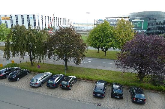 Leonardo Hotel Hannover Airport: Ausblick aus dem Zimmer zur Flughafenseite