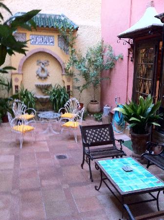 Hotel San Gabriel: Breakfast room's typical spanish yard