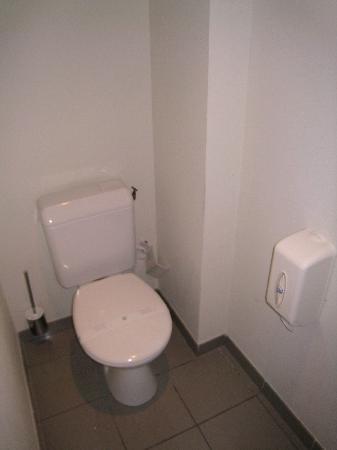 Grand Hôtel du Tonneau d'Or : separate Toilette