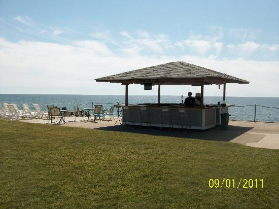 Three Seasons Motor Lodge: Tiki Bar with Lunch Service at the bar, on the patio, or delivered to your beach chair