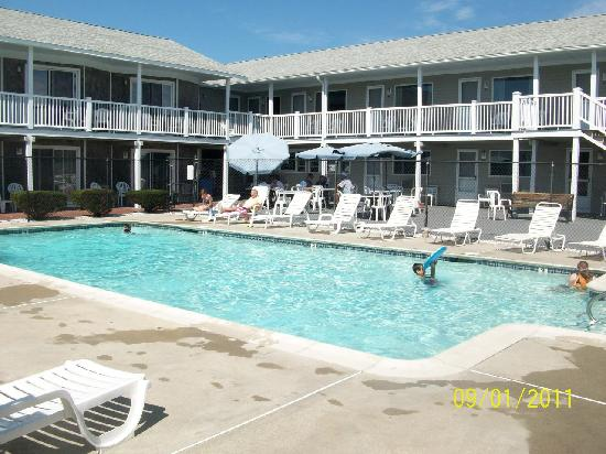 Three Seasons Motor Lodge: Heated pool & Pool View Rooms