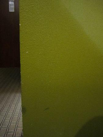 Quality Inn - Farmington: Worn wall near hallway to door