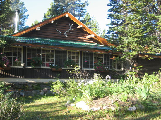 Storm Mountain Lodge & Cabins: The lodge built in 1922