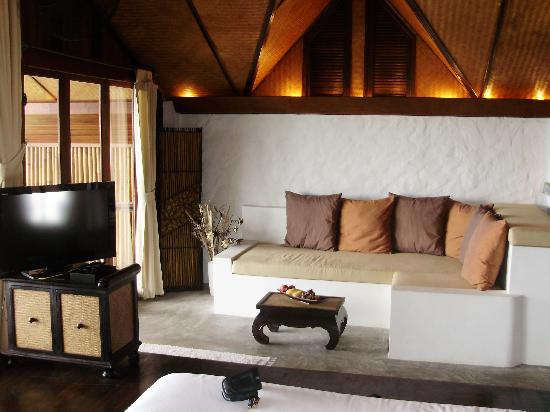 The Place Luxury Boutique Villas: TV and couch
