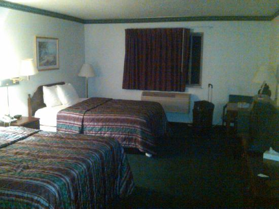 Days Inn Toledo Airport: A slightly grainy picture of our room (#124?)