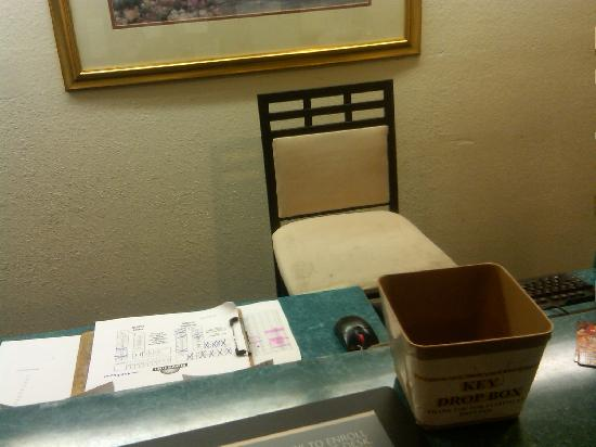 Days Inn Toledo Airport: Waiting to check out, I took a picture of the empty desk clerk's chair