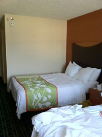 Red Roof Inn & Suites Atlantic City: bedroom w/ 2 dbl beds