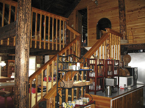 Log Cabin Inn: Looking up at the loft area