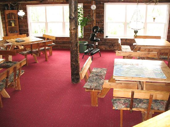 Log Cabin Inn: The dining area