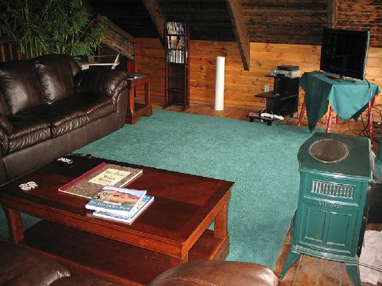 Log Cabin Inn: The loft lounge