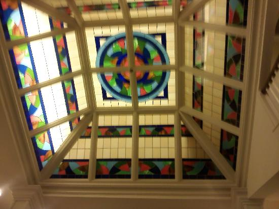 Majestic Inn and Spa: beautiful stained glass ceiling in the center of the stairwells ..guestrooms surround this..