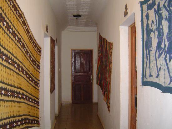 Y'A Pas de Probleme Hotel: hallway in Annex