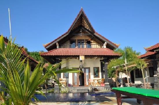 Tradisi Beach Inn: Bungalow (devant la piscine et la plage)