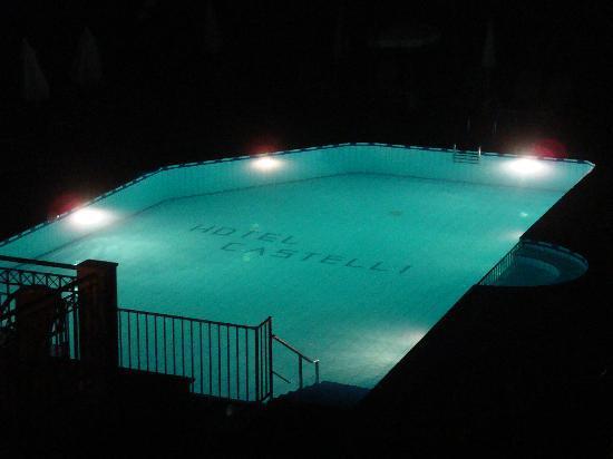 Castelli Hotel: la piscina del Castelli, vista dal terrazzo della nostra camera
