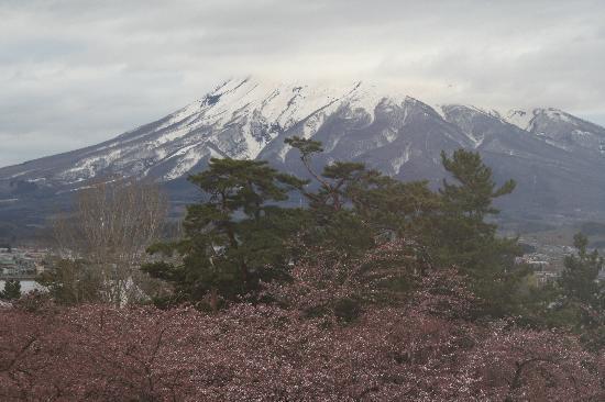 Hirosaki Castle: 弘前城からお岩木山を望む