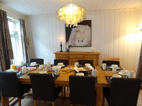 To Sostre Guesthouse: Breakfast in the dining room.