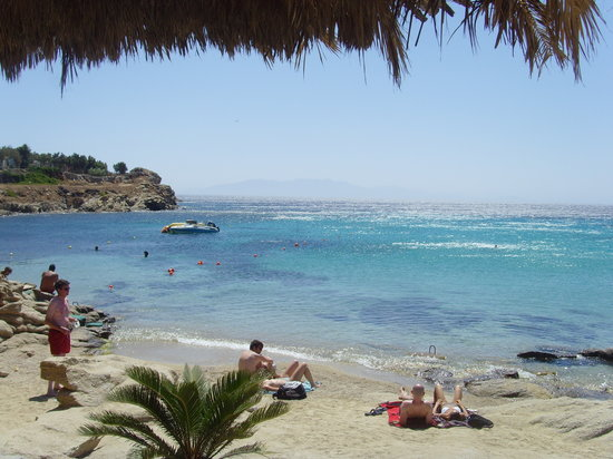 Platys Gialos, Greece: Der Strand am linken Rand