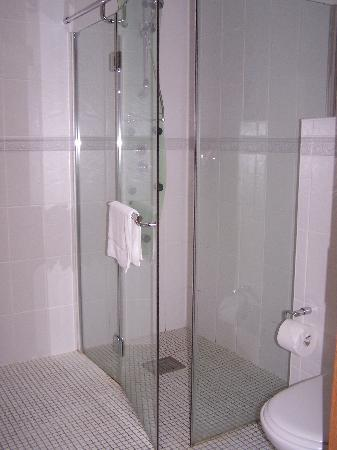 Seasons Lodge: Power Shower in En-Suite Bathroom