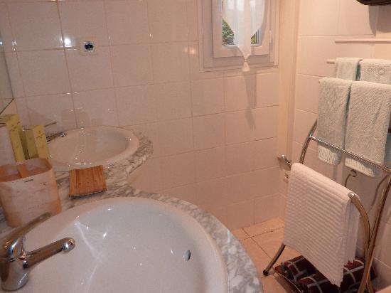 La Maison Des Capucines : Sophie room, bathroom