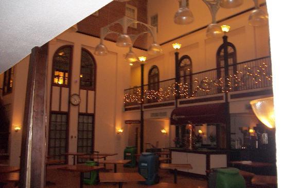 DeSoto House Hotel: Courtyard w/dehumidifiers
